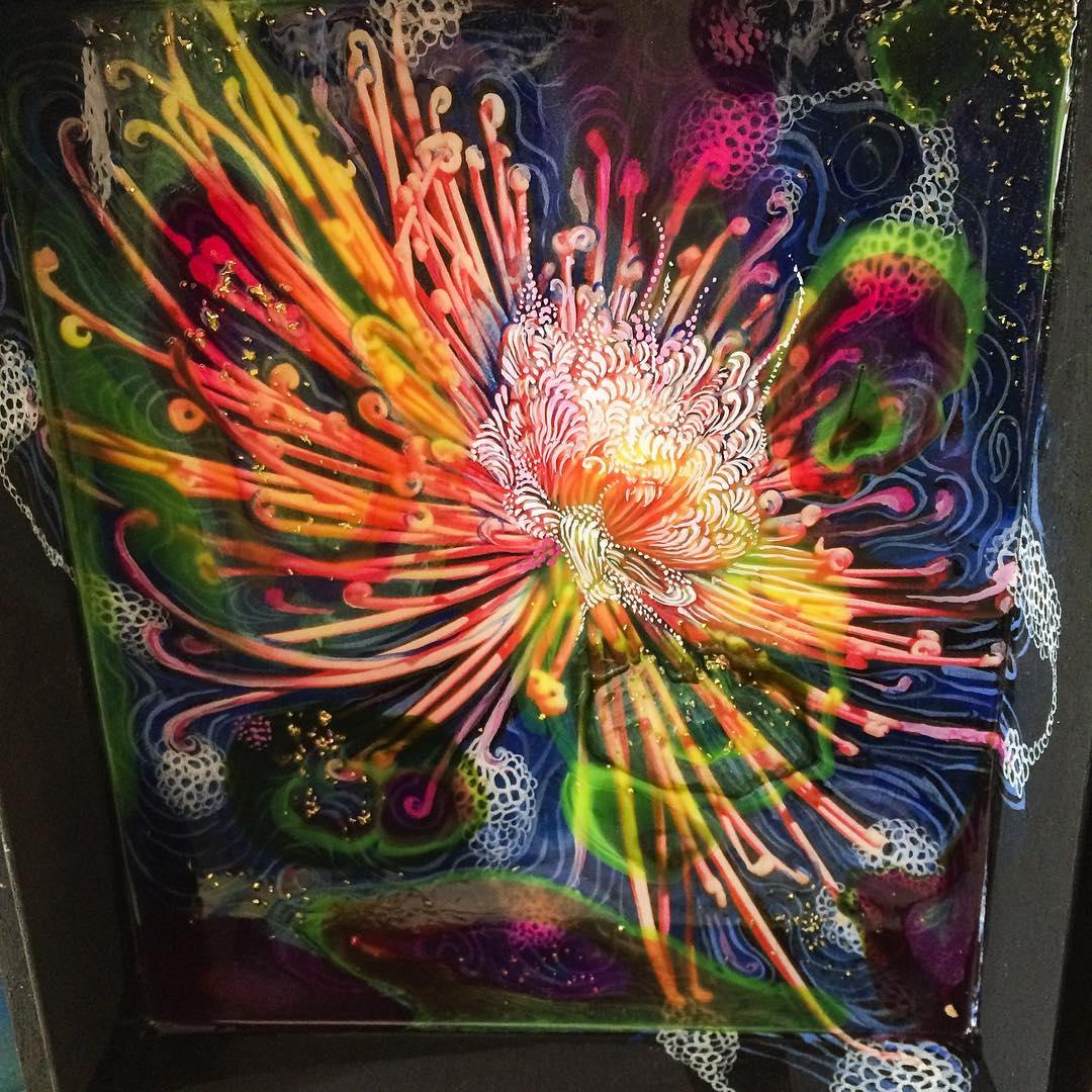 Painting in cigar box in progress #acrylicpour #glitter #flowers #crasanthamum #fractal #burst #cigarbox #carrielederer
